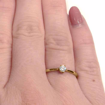 illustrasjon med hånd av diamantring -51000120